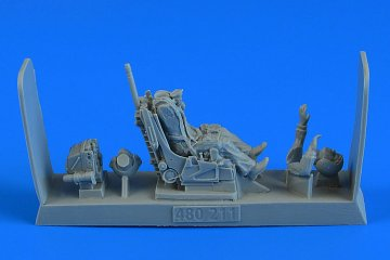 Soviet Fighter Pilot with ejection seat - Su-27 Flanker (early & late version) · AERB 480211 ·  Aerobonus · 1:48