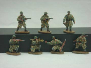WWII German Army with Camouflage Cape · CAE HB04 ·  Caesar Miniatures · 1:72