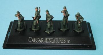 WWII German Army with long coat (fertig bemalt) · CAE P805 ·  Caesar Miniatures · 1:72