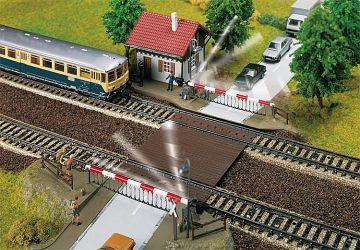 Bahnübergang mit Schrankenwärterhaus · FAL 120174 ·  Faller · H0