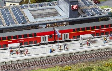 Moderner Bahnsteig mit Zubehör · FAL 120202 ·  Faller · H0