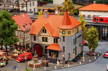 Rathaus mit Feuerwehrgarage · FAL 130649 ·  Faller · H0