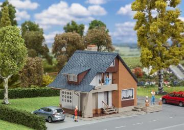 Wohnhaus mit Balkon · FAL 131504 ·  Faller · H0
