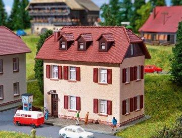 Siedlungshaus mit Fensterläde · FAL 232328 ·  Faller · N