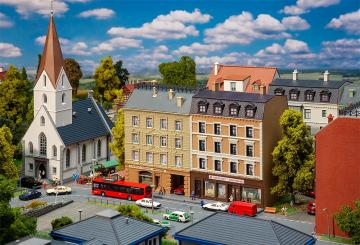 Stadthäuser mit Apotheke und Delikatessenhandel · FAL 232384 ·  Faller · N