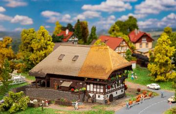 Schwarzwaldhof mit Strohdach · FAL 232395 ·  Faller · N