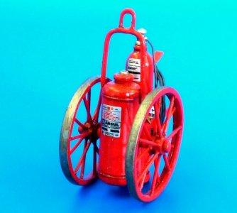 Extinguisher wheeled 150LB · PM AL4074 ·  plusmodel · 1:48