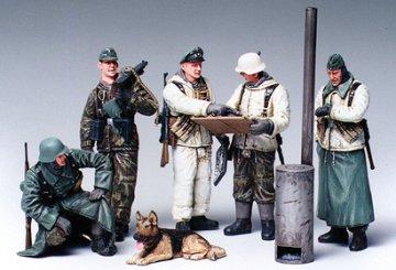 German Soldiers at Field Briefing · TA 35212 ·  Tamiya · 1:35