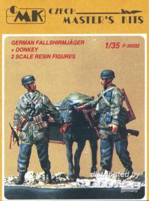 Deutsche Fallschirmjäger mit Maultier
