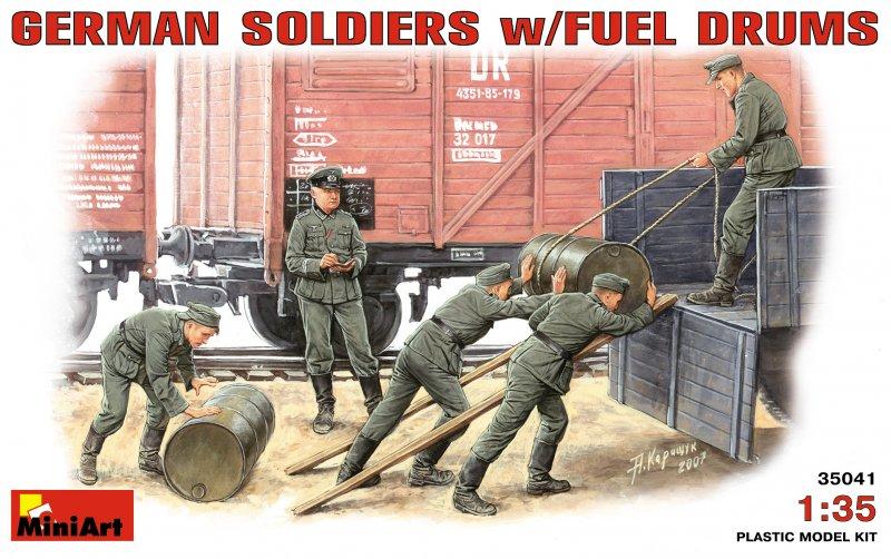 Deutsche Soldaten mit Benzinfässern